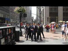 ¡Estos japonenses!! La música… bueno jjj pero es increíble la sincronización y los movimientos. ¡No os lo perdáis! 須藤元気(Genki Sudo) WORLD ORDER in New York