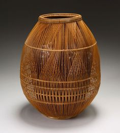 Openwork Flower Basket By Maeda Chikubosai II Kansai region: active in Sakai, Osaka Prefecture Maeda Chikubosai II was named Living National Treasure in Selected techniques: comb plaiting, square plaiting, Amida's halo base. Bamboo Weaving, Weaving Art, Basket Weaving, Sisal, Bamboo Art, Bamboo Crafts, Japanese Bamboo, Japanese Art, Ikebana