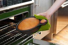 地味にナイスアイデア、味見用も一緒に焼けちゃうケーキ型 | roomie(ルーミー)
