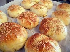 La meilleure recette de Pains hamburgers Thermomix! L'essayer, c'est l'adopter! 5.0/5 (1 vote), 3 Commentaires. Ingrédients: 270 g lait 50 g beurre 40 g sucre 1 cac sel 1 oeuf 500 g farine  graines de sésame 20 g levure fraîche 1 jaune d'œuf mélangé a 1 cas d'eau pour la dorure