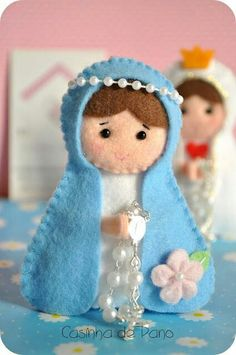 Looking for a Christmas decoration to be proud of and hang up year after year? Felt Christmas Ornaments, Handmade Christmas, Christmas Crafts, Felt Crafts, Diy And Crafts, Crafts For Kids, Felt Decorations, Christmas Decorations, Felt Angel