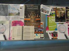 Klanten brengen posters en brochures van activiteiten die voortkomen uit persoonlijke interesse.