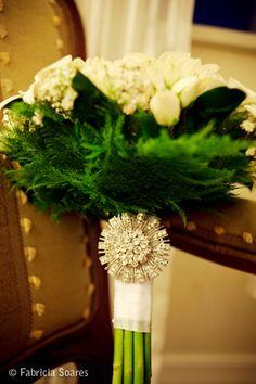 Vejam que lindo buquê! O broche era da avó da noiva. Amei a homenagem que a noiva fez para ela!