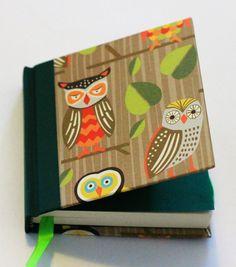 Mini MOW Buhos.... 100 hojas papel ahuesado, tapa forrada en papel y vinilo color verde, cinta separadora, hoja de guarda y elastico color verde.