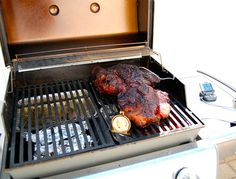 Making pulled pork typically requires a smoker. With this step-by-step guide, you can easily make delicious authentic pulled pork on your gas grill! Grilled Pork Shoulder, Smoked Pork Shoulder, Pork Shoulder Recipes, Rib Recipes, Grilling Recipes, Smoker Recipes, Grilling Ideas, Easy Recipes, Pork Ribs