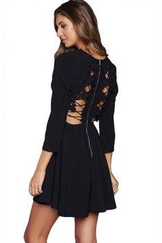 Czarna sukienka z wycięciem na plecach i koronka. Klasyczna czarna sukienka.