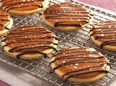 Betty Crocker is a trusted name for tasty desserts and she doesn't fail us now with these amazing Salted Caramel Shortbread Cookies! Caramel Shortbread, Shortbread Cookies, Sugar Cookies, Macadamia Cookies, Salted Caramel Cookies, Salted Caramels, Cookies Soft, Molasses Cookies, Brownie Cookies