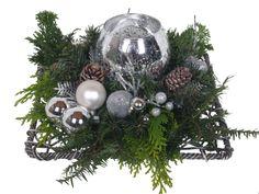 Wilt u een kerststuk laten bezorgen? Dit zilver vierkant kerststuk is naast zijn mooie uitstraling ook nog eens aantrekkelijk geprijsd!
