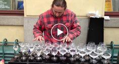 Artista De Rua Faz Sensacional Atuação Ao Tocar Em Copos De Vidro Com Água