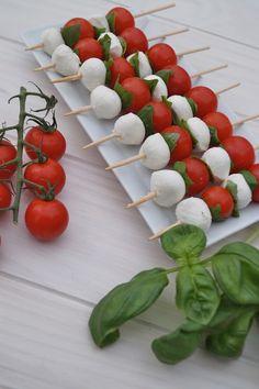 Petites brochettes caprese pour l'apéritif ou à emporter en pique-nique à base de tomes, mozzarella et basilic