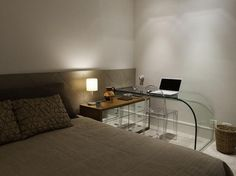 O quarto com home office conta com mesa e cadeira transparente. Para não perder espaço, a mesa fica acima do gaveteiro. O projeto é da Ludmila Gramount, da Segatto. Informações: (11) 3088-6924 Foto: Segatto / Divulgação