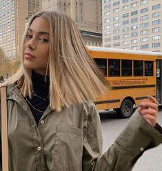 Carré long : les 30 plus belles façons de l'adopter ! - hair - Welcome Hair Design Blonde Wig, Short Blonde, Blonde Balayage, Long Blond, Blonde Straight Hair, Medium Blonde Hair, Rose Blonde Hair, Sandy Blonde Hair, Caramel Blonde Hair