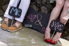 Detalle de pizarras en sesión fotográfica de novios previa a la boda.