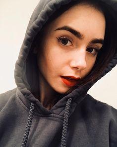 "661.7 mil Me gusta, 2,120 comentarios - Lily Collins (@lilyjcollins) en Instagram: ""Full on hoodie hibernation mode..."""