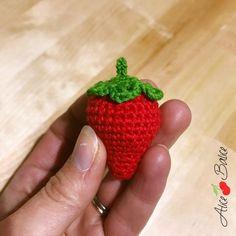 Une fraise au crochet, miam [Tuto] - Alice Balice - couture et DIY loisirs créatifs Crochet Diy, Crochet Amigurumi, Crochet Food, Learn To Crochet, Tutorial Crochet, Love Knitting, Knitting Patterns, Crochet Patterns, Crochet For Beginners Blanket