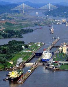Via interoseânica del Canal de Panamá. Al fondo el Puente Centenario.
