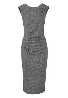 Jerseykleid    Kleid mit Fischgratmuster. Das kurze Jerseykleid mit leicht überschnittenen Schultern, ist in der Taille vorne seitlich in Falten gelegt. Durch den locker fallenden Stoff ist das Kleid mit Rundhalsausschnitt für jede Figur geeignet. In der hinteren Mitte befindet sich der Reißverschluss sowie ein Gehschlitz. Das ärmellose Model lässt sich gut mit Blazer und Strickjacke stylen.   ...