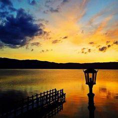 Un maravilloso atardecer en uno de los lugares mas bellos del planeta, Lago de Coatepeque.  A groovy sunset in one of the most beautiful places in the world, Lake Coatepeque.
