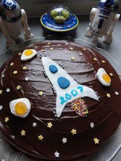Ma photo de la semaine pour Magda ! Pour cette mission, nous avons utilisé le matériel suivant : * un gâteau au yaourt, * 100 g de chocolat dessert et 50 g de beurre pour le glaçage, * un peu de pâte à sucre blanche et bleue pour faire la fusée (qui m'a...
