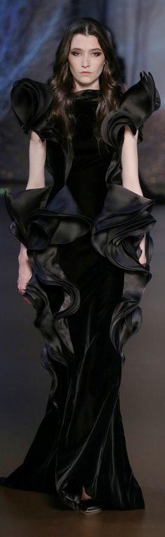 Ralph & Russo Parigi - Haute Couture Fall Winter - Shows - Vogue. Runway Fashion, High Fashion, Fashion Show, Silk Organza, Chiffon, Ralph & Russo, Beautiful Black Dresses, Fabulous Dresses, Costume