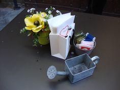 Fiori finti e mini innaffiatoio al tavolino di un bar di Alba (Piemonte)  Fake flowers and watering can as ashtray at a coffee bar in Alba (Italy)- Photo by Luisella Rosa http://unpiccologiardino.blogspot.it/