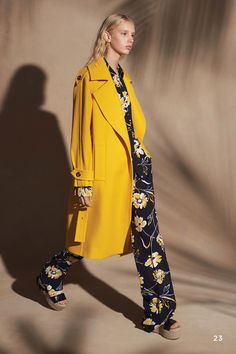 The complete Michael Kors Collection Resort 2018 fashion show now on Vogue Runway. Fashion Mode, Fashion 2018, Fashion Week, New York Fashion, Love Fashion, Runway Fashion, Womens Fashion, Fashion Design, Fashion Trends