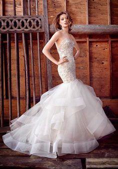 O estilo sereia é um modelo de vestido de noiva que acentua as curvas naturais da mulher e pode ser encontrado com diversos modelos de decotes.