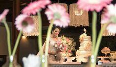Patrícia&Ricardo Contemporâneo presente na laca branca da mesas de bolo e das familias, e nos vidro de garrafas; o  toque rústico, regional e cultural ficou a cargo das rendas nordestinas e souplast de Caruaru, Pernambuco.
