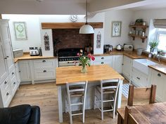 Over the years, many people have found a traditional country kitchen design is just what they desire so they feel more at home in their kitchen. Kitchen Tops, Open Plan Kitchen, Kitchen Layout, New Kitchen, Kitchen Decor, Kitchen Pantry, Kitchen Counters, Small Kitchen Diner, White Oak Kitchen