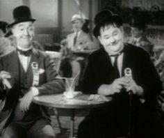 """Laurel en Hardy - Wikipedia  Laurel en Hardy in de film """"The Flying Deuces"""" (1939).Laurel en Hardy in de film """"The Flying Deuces"""" (1939)."""