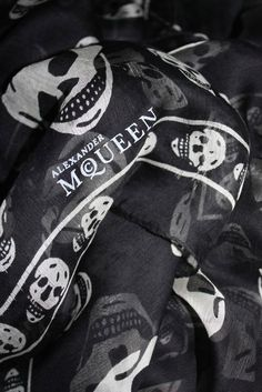Alexander McQueen Scarf - one of my favourite all time accessories Tête De  Mort, Foulard 51191d6e41b