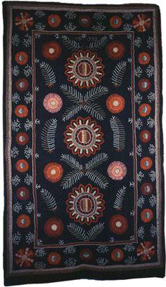 Kuvan kirjottu peitto on Maijukka Paulaharjun valmistama Blackwork Embroidery, Wool Embroidery, Embroidery Patterns, Scandinavian Embroidery, Rugs On Carpet, Carpets, Japanese Quilts, Tapestry Weaving, Textile Art