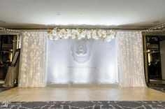 i like this backdrop for the house Reception Stage Decor, Wedding Stage Decorations, Backdrop Decorations, Ceremony Backdrop, Backdrops, 1920s Wedding, Gold Wedding, Wedding Ideas, Wedding Planer
