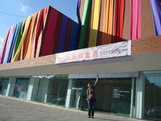 Me at the entrance _Songzhuang Art Center. Songzhuang Art Center - In questo spazio espositivo il prof. Peng Feng ha curato una mostra e ha scelto di inserire anche due artisti italiani: Piero Gilardi e Massimo Kaufmann.