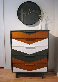 Relooking géométrique pour ce meuble vintage.