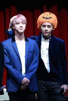 Jin and V ❤ BTS at the Synnara Fansign #BTS #방탄소년단