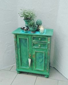 Antibes Green, Aubusson Blue, Old White, Warm Gold, Clear Wax