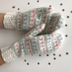 Linda Fridholm – Dela dina vantar! Mittens Pattern, Knit Mittens, Mitten Gloves, Knit Stranded, Bra Hacks, Wrist Warmers, Drops Design, Craft Items, Knitting Projects