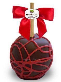 Manzana envuelta de caramelo con capa de chocolate semiamargo, decorada con tiras de chocolate color rojo.