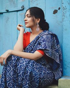 Looking forward to wear a Indigo saree? Here is the perfect style inspiration to pull off this saree! Indigo Saree, Blue Saree, Bengali Saree, Saree Poses, Formal Saree, Saree Trends, Saree Photoshoot, Simple Sarees, Stylish Sarees