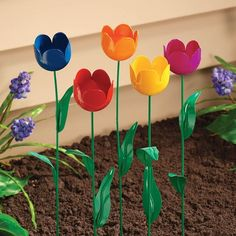 Plastic Bottle Flowers, Plastic Bottle Crafts, Plastic Bottles, Garden Crafts, Diy Garden Decor, Metal Flowers, Paper Flowers, Plastik Recycling, Tulips Garden