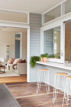 180628_KingsleyStreet_BBA32888 1_preview Living Room Seating, Dining Room Design, Byron Beach, Diy Kitchen Decor, House Paint Exterior, Facade House, Reno, Windows And Doors, House Colors