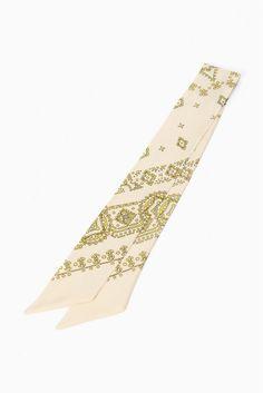 manipuri TINNY BANDANA  manipuri TINNY BANDANA 8424 2016AW manipuri デザイナーは40年代70年代にかけてヨーロッパで実際に使用されていたヴィンテージスカーフに魅了され多くのスカーフをコレクションしています 柄は勿論ですが素材やサイズにもとてもこだわりを持っています 日本をはじめ海外ではフランスやイギリスなどヨーロッパを中心に人気を集めています