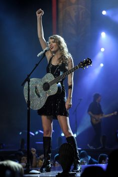 Taylor Swift - Speak Now Tour = lovin' the boots and the amazing glitter guitar Taylor Swift Singing, Taylor Swift Guitar, Taylor Swift Party, Taylor Swift Speak Now, Taylor Swift Concert, Taylor Swift Album, Taylor Swift Hot, Red Taylor, Taylor Swift Haunted