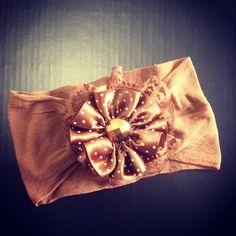Faixinha para bebe feita com meia de seda, renda e flor de cetim. R$ 9,99