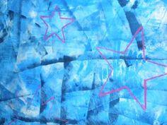 Mural d'estels de Nadal  Tallar el paper d'embalar.   Pintar amb rodets amb pintura de diferents tons de blaus (pintura més vernís).  Fer unes plantilles amb la forma d'estel.