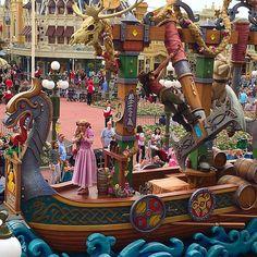 Here comes Rapunzel! #festivaloffantasy #waltdisneyworld #magickingdom #paradetime