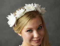 Nowoczesny półwianek ślubny dla panny młodej, wykonany z jedwabnych kwiatów.  Dostępny w Madame Allure :)