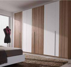 une armoire élégante en bois mais remplacer les portes blanches par des miroirs