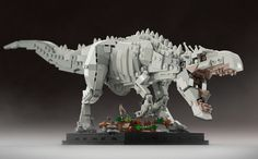 Indominus Rex The most fearsome dinosaur ever displayed in Jurassic World – now built from Lego bricks! This Henry Wu's creation is a hybrid of Tyrannosaurus rex, Giganotosaurus, Majungasa… Lego Mecha, Lego Robot, Lego Jurassic Park, Lego Design, Jurassic World Indominus Rex, Lego Dragon, Lego Animals, Lego Sculptures, Amazing Lego Creations
